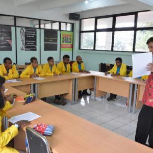 Peserta Beasiswa LPMAK di IKOPIN Bandung mengikuti teori kewirausahaan di kelas. (miskan/lpmak)
