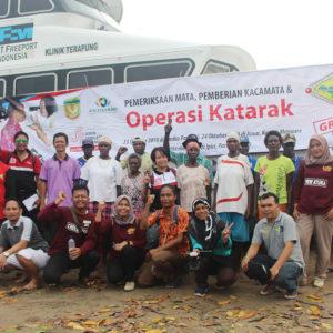 Tim Dokter JWW dan LPMAK foto bersama usai kegiatan operasi katarak di pesisir Mimika.