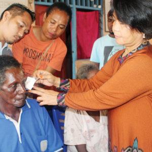 Tim dokter membuka tutup mata setelah pasien di operasi.