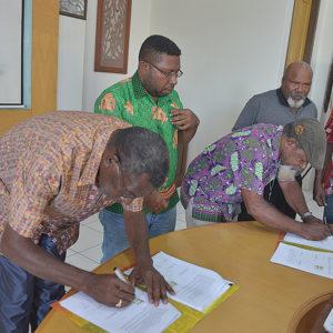 Ketua LEMASKO, Robertus Waropea (kiri) dan Wakil Ketua Badan Pengurus LPMAK ketika menandatangani perjanjian kerjasama tahun anggaran 2019.