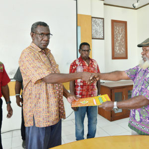 Ketua LEMASKO, Robertus Waropea (kiri) menerima berkas PKS dari Wakil Ketua Badan Pengurus LPMAK, Yohanes Deikme.