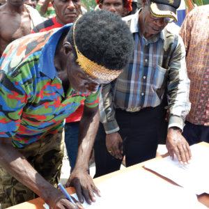 Salah seorang anggotan Kelompok Nelayan Mandiri menandatangani berkas serah terima hibah kapal ikan.