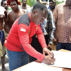 WASE Ekonomi LPMAK, Yohanes Kum menandatangani berkas serah terima hibah kapal ikan.