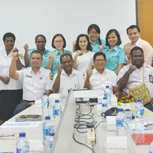 Foto bersama usai penandatanganan kerjasama antara LPMAK dan Dinas Kesehatan Mimika. (LPMAK/MISKAN)