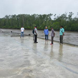Tim Sekretaris Eksekutif ketika monitoring pembangunan pelabuhan AMOR di Paumako.(LPMAK/MISKAN)
