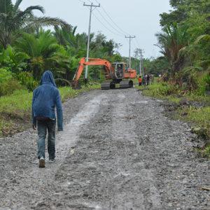 Monitoring Tim Sekretaris Eksekutif ke kegiatan penimbunan jalan di Kampung Miyoko. (LPMAK/MISKAN)