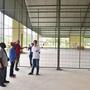 Tim Sekretaris EKsekutif ketika mengunjungi fasilitas gedung olahraga di Sekolah Asrama Taruna Papua.(LPMAK/MISKAN)