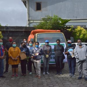 Karyawan YPMAK siap mendistribusikan bantuan bahan makanan ( Bama) Kepada Masyarakat Amungme dan Kamoro serta lima suku kerabatnya.