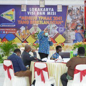 """Konsultan PT Safaro World memberikan penjelasan tentang Lokakarya Visi Misi """"Menuju YPMAK 2041 yang Berkelanjutan"""". ypmak/Miskan"""
