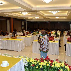 Kepala Divisi Humas YPMAK, Feri Magai Uamang mempresentasikan tentang YPMAK kepada tooh masyarakat, tokoh perempuan dan tokoh pemuda Suku Kamoro. (miskan/ypmak)