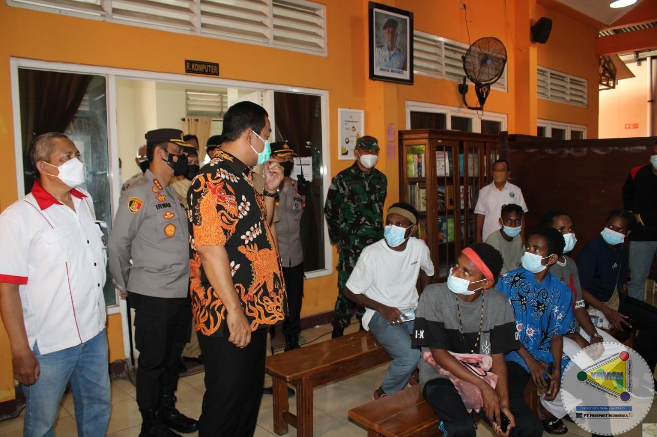 Walikota Semarang mengunjungi Asrama Amor saat kegiatan vaksinasi.